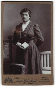 Fotografie Arnold Hirnschrodt, Ried, Portrait Dame mit Bud