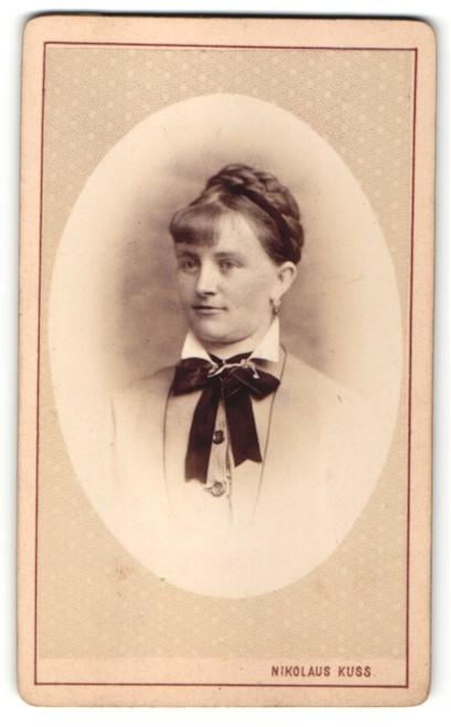 Fotografie Nikolaus Kuss, Mariazell, Portrait Frau mit geflochtenem Haar
