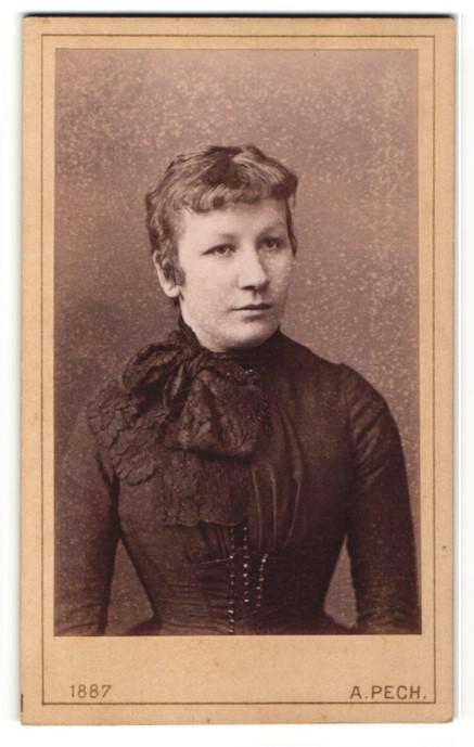 Fotografie A. Pech, Budweis, Portrait bürgerliche junge Frau