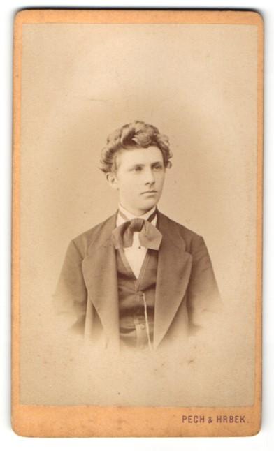 Fotografie Pech & Hrbek, Budweis, Portrait junger Mann mit zeitgenössischer Frisur