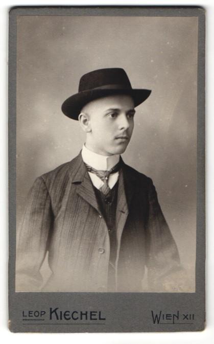 Fotografie Leop Kiechel Wien Portrait Junger Mann In Anzug Mit