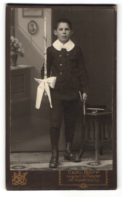 Fotografie Carl Bopp, Weingarten, Portrait Knabe mit Kerze