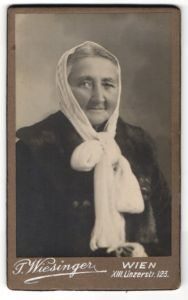 Fotografie J. Wiesinger, Wien, Portrait betagte Dame mit Kopftuch