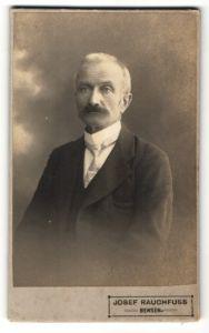 Fotografie Josef Rauchfuss, Bensen, Portrait älterer Herr mit Schnauzbart