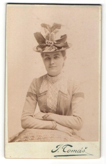 Fotografie J. Tomás, Prag, Portrait bürgerliche Frau mit Hut