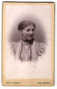 Fotografie Karl Posselt, Ried, Portrait junge Frau mit Ohrringen