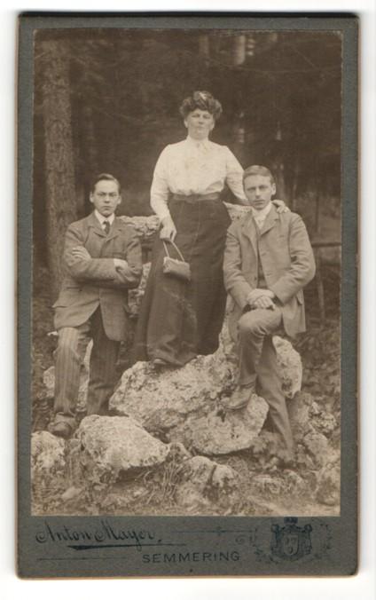 Fotografie Anton Mayer, Semmering, Portrait Dame und zwei junge Herren im Freien