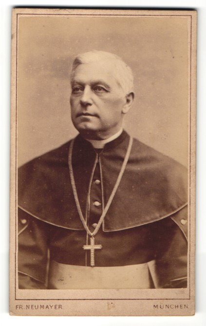 Fotografie Fr. Neumayer, München, Portrait kathol. Geistlicher mit Kruzifix