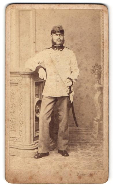 Fotografie V. Schmidt, Sz. Ferervárott, Portrait Soldat mit Säbel