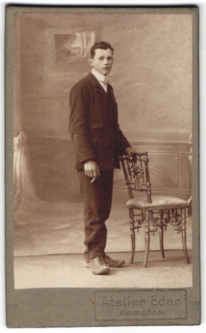 Fotografie Atelier Eder, Kempten, Portrait junger Mann in Anzug mit Zigarette