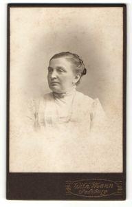 Fotografie Wilh. Mann, Salzburg, Portrait ältere Dame mit zurückgebundenem Haar