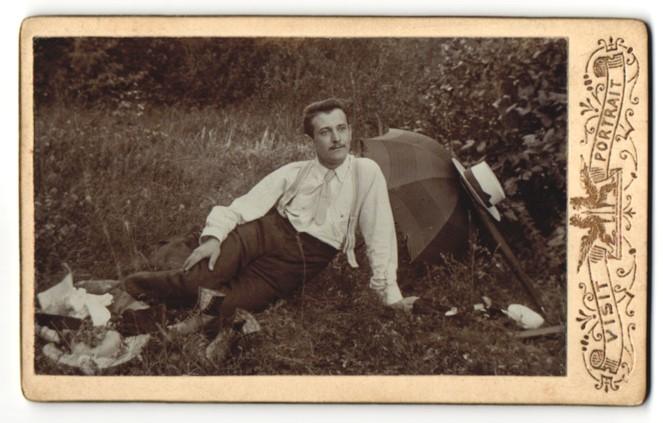 Fotografie unbekannter Fotograf und Ort, Portrait junger Mann mit Sonnenschirm im Grünen