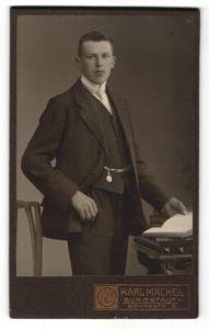 Fotografie Karl Mäckel, Burgstädt, Portrait junger Mann in Anzug