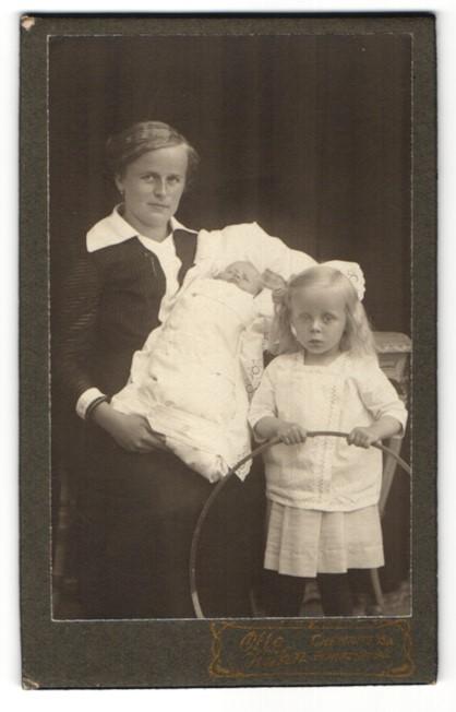 Fotografie Otto Kühn, Chemnitz, Portrait Mutter mit Säugling und Mädchen mit Holzreifen