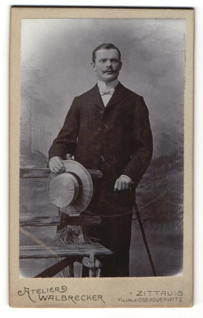 Fotografie Atelier Walbrecker, Zittau i/S, Portrait junger Mann in Anzug mit Strohhut