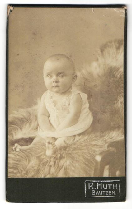 Fotografie R. Huth, Bautzen, Portrait Kleinkind mit nackigen Füssen