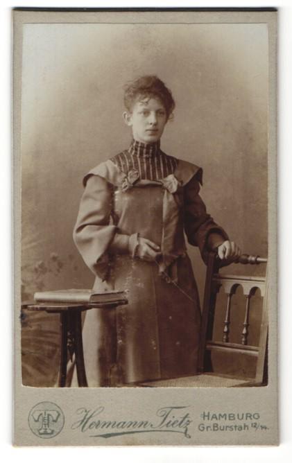 Fotografie Hermann Tietz, Hamburg, Portrait junge Frau in zeitgenössischer Mode