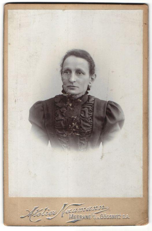 Fotografie Atelier Neumann, Meerane i. S., Portrait einer Bürgersfrau im schwarzen Kleid