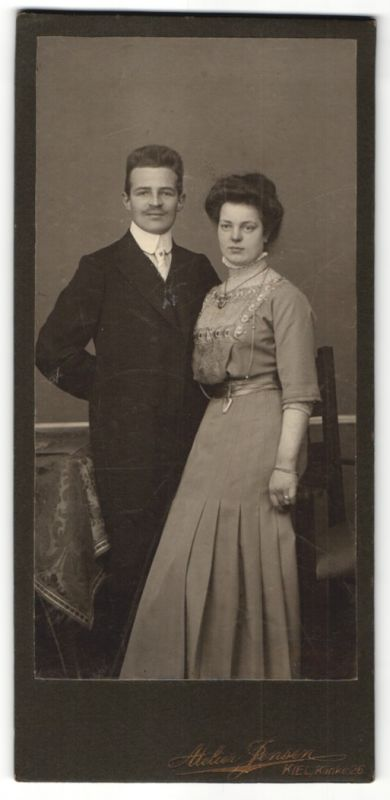 Fotografie Atelier Jensen, Kiel, Ehepaar zünftig gekleidet, Frau mit Halskette 0