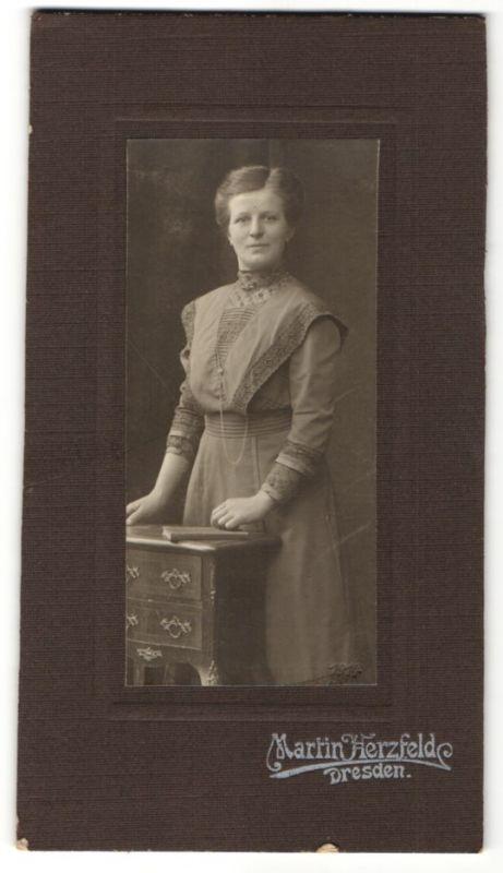 Fotografie Martin herzfelde, Dresden, Frau mit Halskette trägt elegantes Kleid 0