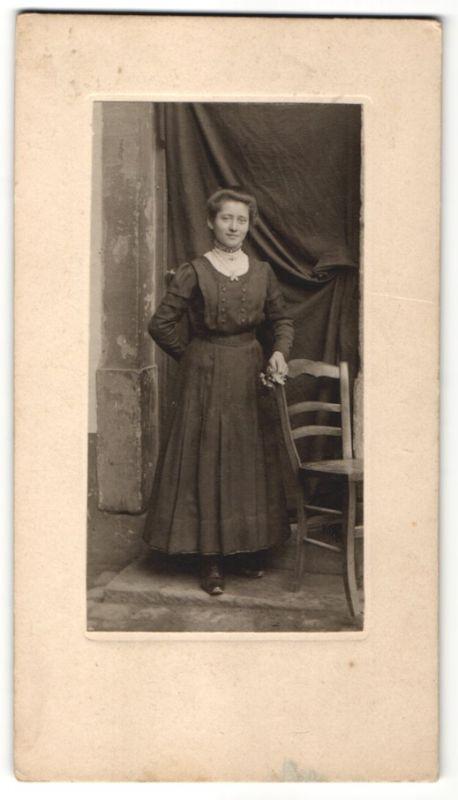 Fotografie C. Burkhatdt, Worms a. Rhein, hübsche Frau trägt modisches Kleid 0