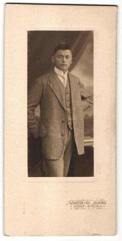 Fotografie Atelier Warth, Glauchau, junger Mann trägt Anzug mit Krawatte 0