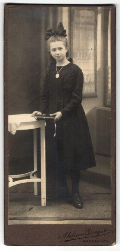 Fotografie Atelier Berger, Radeberg, Mädchen im schwarzen Kleid mit Haarschleife 0