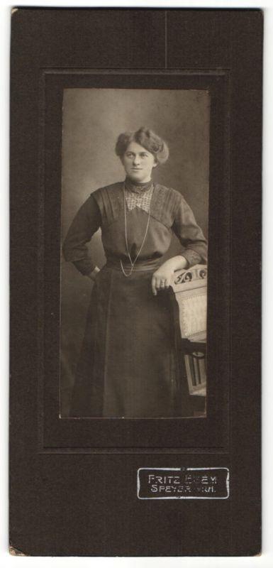 Fotografie Fritz Egem, Speyer, Hausfrau im Modischen Kleid mit Halskette 0