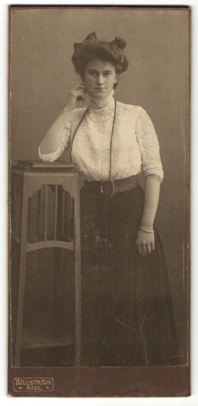 Fotografie Billström, Kiel, hübsche Frau mit Halskette trägt weisse Bluse mit Spitze