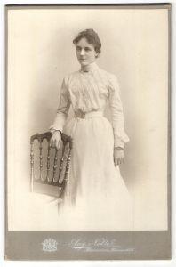 Fotografie Aug. Nolte, Hannover, elegante Frau höfisch gekleidet 0
