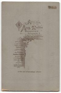 Fotografie Aug. Nolte, Hannover, elegante Frau höfisch gekleidet 1