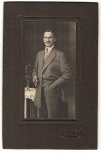 Fotografie A. Franke, Mügeln, Edelmann trägt Anzug und Krawatte 0