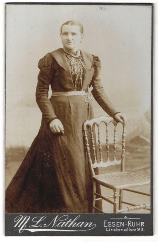 Fotografie M. L. Nathaan, Essen-Ruhr, Edeldame im modischen Kleid mit Halskette