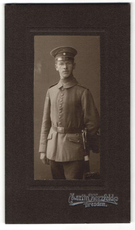 Fotografie Martin Herzfelde, Dresden, junger deutscher Soldat in Uniform mit Bajonett