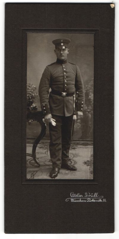 Fotografie Atelier Düll, München, junger deutscher Soldat in Uniform mit Bajonett