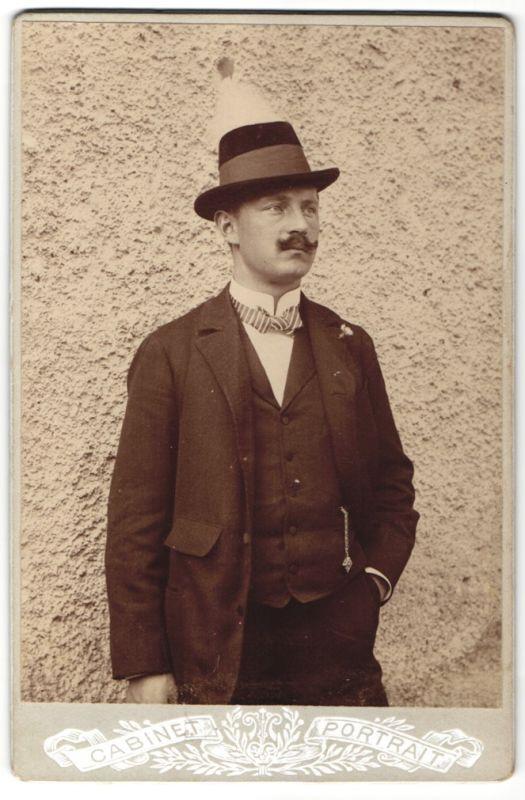 Fotografie Fotograf & Ort unbekannt, Edelmann im Anzug mit Fliege und Hut