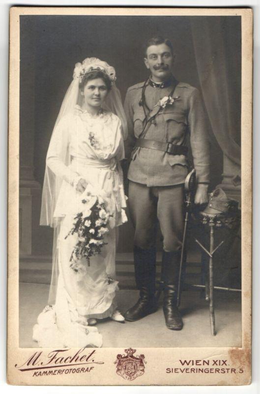 Fotografie M. Fachet, Wien, Hochzeitspaar, Österr. Soldat in Uniform nebst Hochzeitsbraut