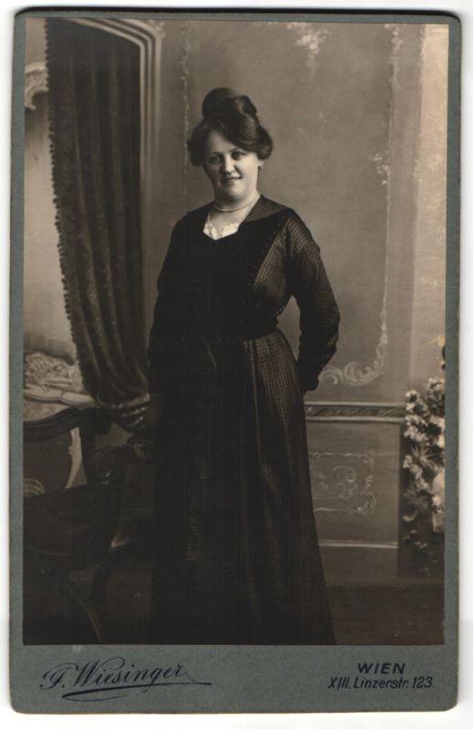 Fotografie Wiesinger, Wien, Dame mit Halskette trägt modisches Kleid