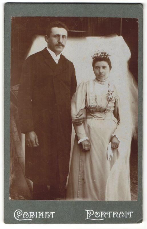 Fotografie Fotograf & Ort unbekannt, Hochzeitspaar elegant gekleidet kurz nach der Trauung