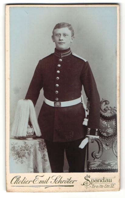 Fotografie Emil Schröter, Berlin-Spandau, Portrait Soldat eines Garde-Regiments