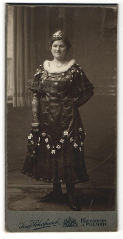 Fotografie Josef Schafranek, Neutitschein, Fulnek, Portrait junge Frau in ungewöhnlichem Kleid