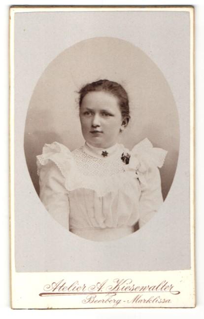 Fotografie Atelier A. Kiesewalter, Beerberg-Marklissa, Portrait Mädchen trägt weisses Kleid mit Spitze
