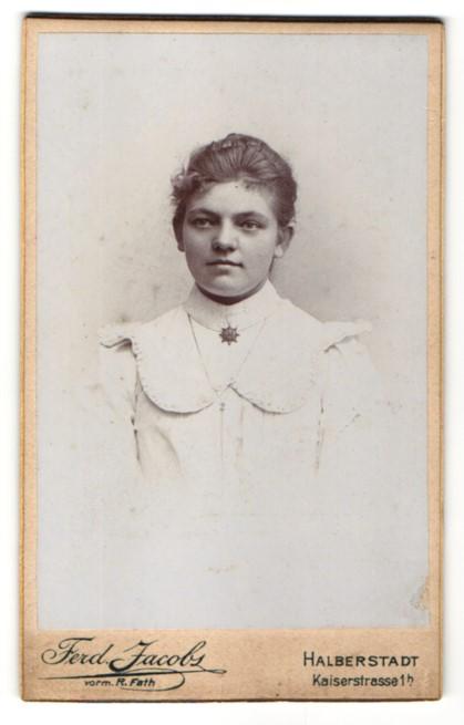 Fotografie Ferd. Jacobs, Halberstadt, Portrait hübsche junge Frau im weissen Kleid