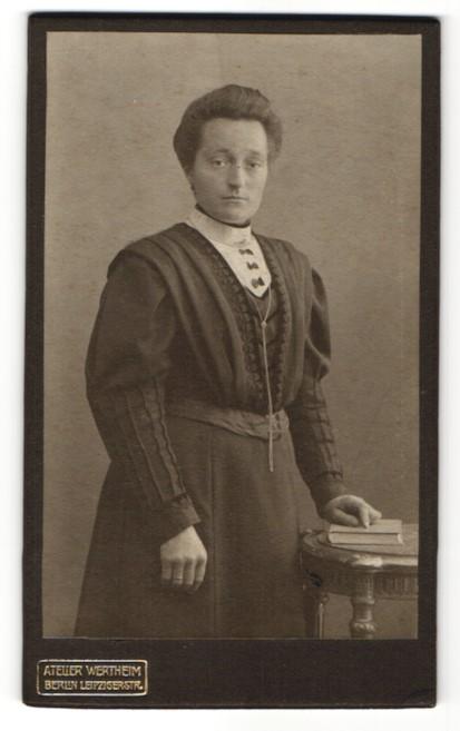 Fotografie Atelier Wertheim, Berlin, Edeldame mit Halskette trägt modisches Kleid
