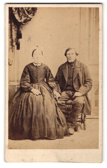 Fotografie Fritz Petersen, Flensburg, Ehepaar zünftig gekleidet