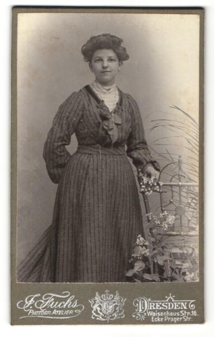 Fotografie Atelier Fuchs, Dresden, Dame mit Schmuck Halskette im modischen Kleid