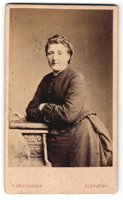 Fotografie H. Kriegsmann, Flensburg, Hausfrau trägt schwarzes Kleid