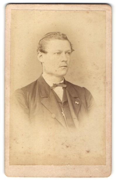 Fotografie Heinrich Müller, Berlin, Portrait Edelmann trägt Anzug und Fliege