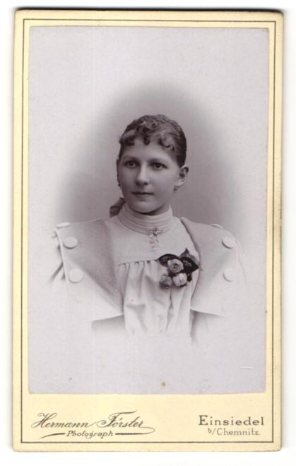 Fotografie Hermann Förster, Einsiedel, Portrait junge Dame im modischen Kleid mit Ansteckblumen