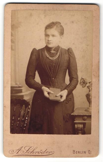Fotografie A. Schröder, Berlin, junge Frau mit Perlenkette trägt schwarzes Kleid